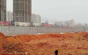 中梁一号yuan房地产8米gao工程围挡广告pai施工an装进行中......